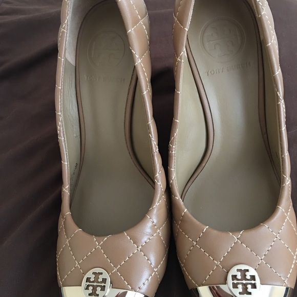 49d95bc2df2604 Tory Burch wedge camel gold color size 6.5 leather